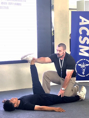 SIUE's Benjamin Webb, PhD, demonstrates Proprioceptive Neuromuscular Facilitation with at student during the ACSM Chinese CPT Course Instructor Training II in Quanzhou, China.